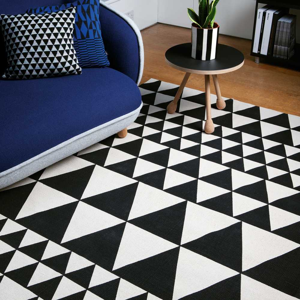 tapis contemporain motifs triangles noir et blanc. Black Bedroom Furniture Sets. Home Design Ideas