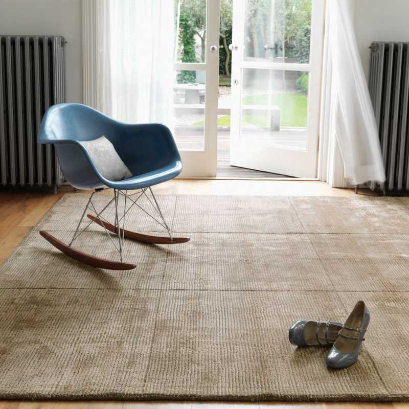 Tapis design de salon taupe en laine et viscose for Photo salon contemporain taupe