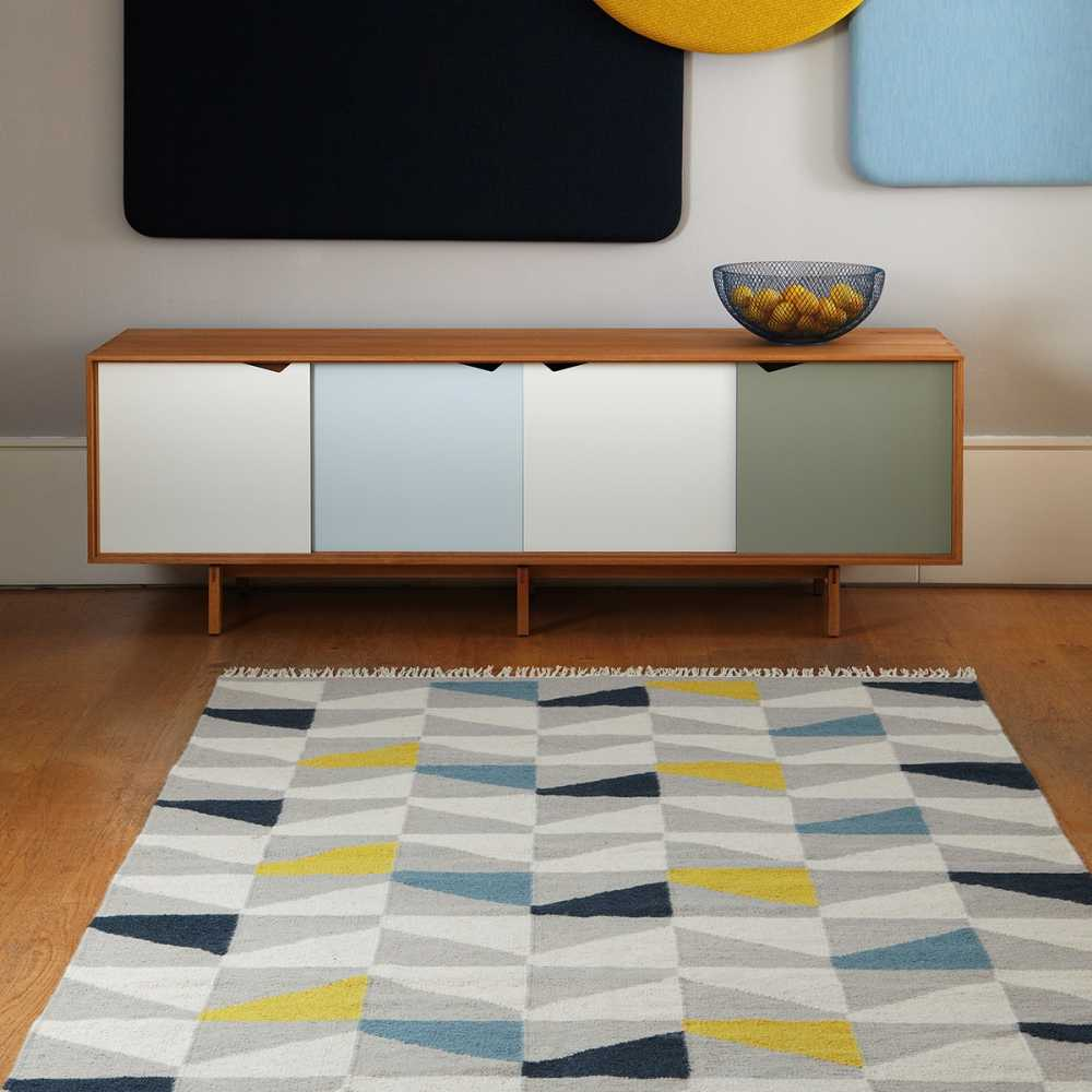 Tapis design type kilim tiss main gris jaune et bleu for Salon jaune et bleu