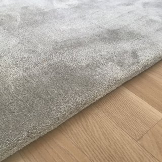 Tapis de de luxe design gris clair sur mesure aspect viscose finition repli