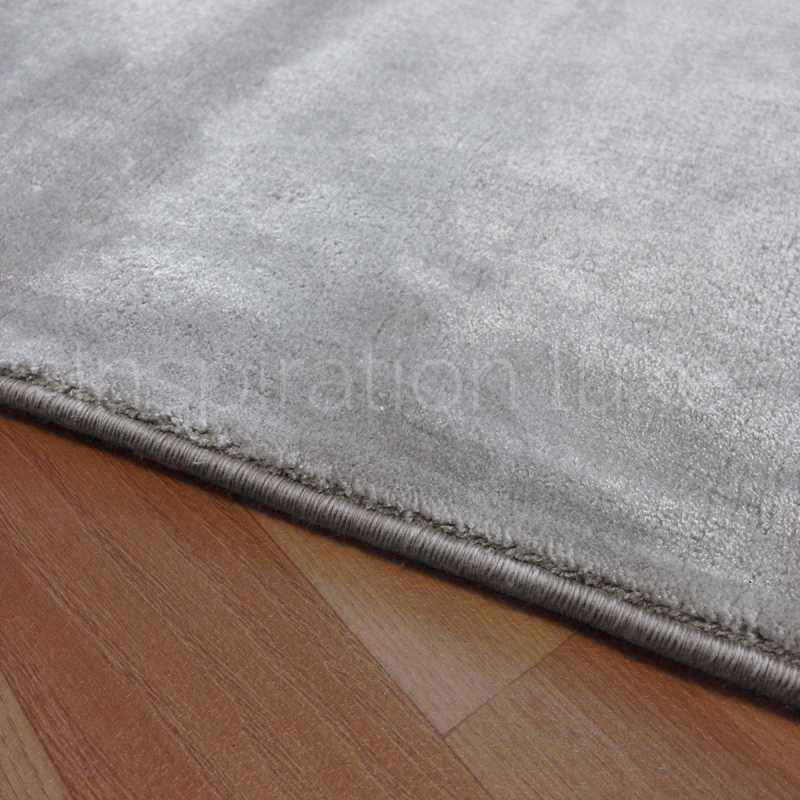 tapis sur mesure gris clair en viscose rectangulaire ou carr par inspiration luxe editions. Black Bedroom Furniture Sets. Home Design Ideas