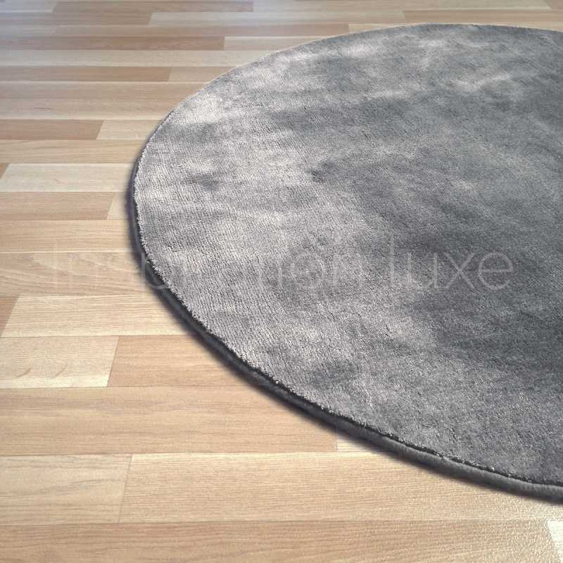 tapis rond sur mesure gris clair en viscose par inspiration luxe editions. Black Bedroom Furniture Sets. Home Design Ideas