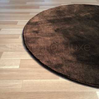 Tapis rond sur mesure marron en viscose par Inspiration Luxe Editions