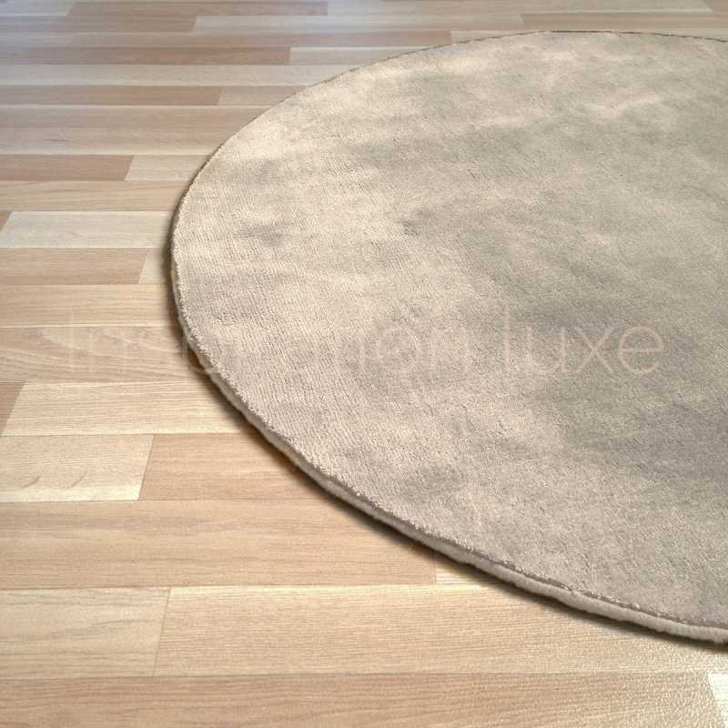 tapis rond sur mesure beige en viscose rond par inspiration luxe editions. Black Bedroom Furniture Sets. Home Design Ideas