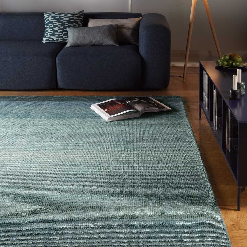 tapis contemporain d grad de bleu en laine et coton. Black Bedroom Furniture Sets. Home Design Ideas