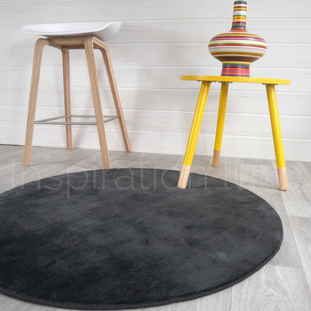 tapis rond gris anthracite en viscose par inspiration luxe editions. Black Bedroom Furniture Sets. Home Design Ideas