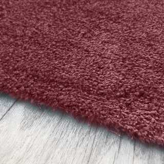 Tapis de luxe sur mesure lavable en machine couleur lie de vin aspect viscose